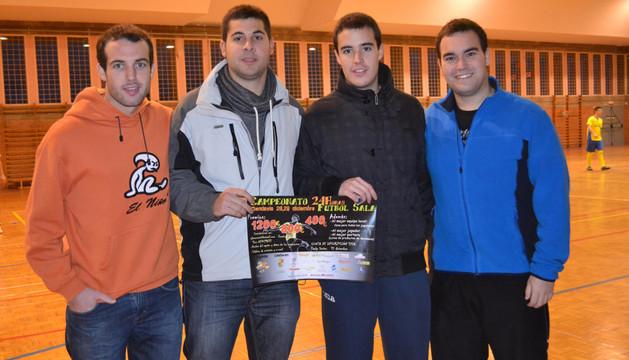 Varios miembros de la asociación con el cartel anunciador.