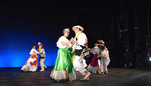 Actuación del grupo de Colombia dentro del Festival de las Naciones.