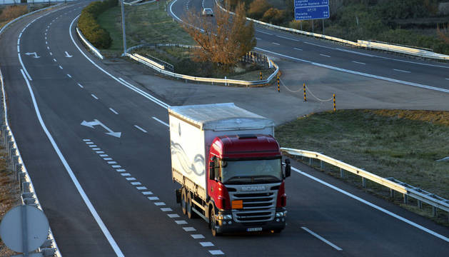 Un camión circula por la autopista AP-68 a su paso por Tudela