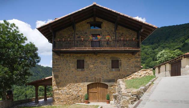 La fachada de la casa rural Casa Zaule, en la localidad navarra de Arrarats