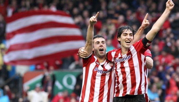 Iraola y Susaeta celebran un gol ante la Real Sociedad