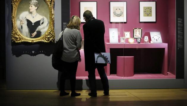 Visitantes junto a la obra 'Marjorie Merriweather' de Frank O. Salisbury en la exposición 'Cartier, historia y estilo