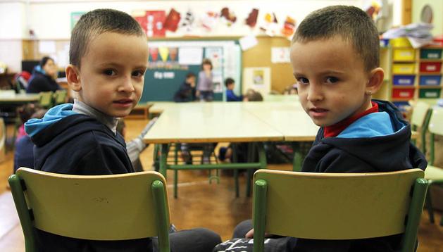 Marius (izq.) y Valentín Militaru acaban de empezar el colegio en Noáin. Van a la misma clase de 1º Infantil en San Miguel.