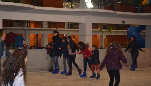 Pequeños y mayores disfrutando de la pista de hielo