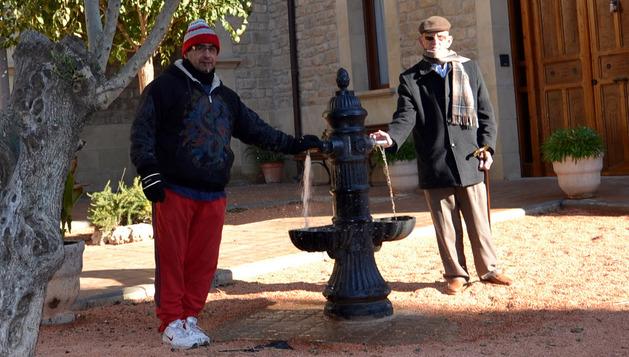 Dos vecinos activan la fuente situada delante de la basílica