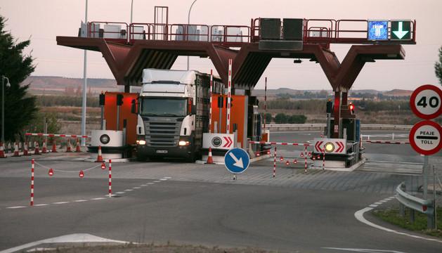 Un camión sale del peaje de la autopista AP-68 en Tudela