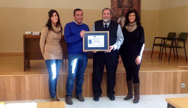 Natalia Lacalle, José Cruz Asarta, el director José Antonio Osés y Marta Etayo, en el colegio con el reconocimiento obtenido