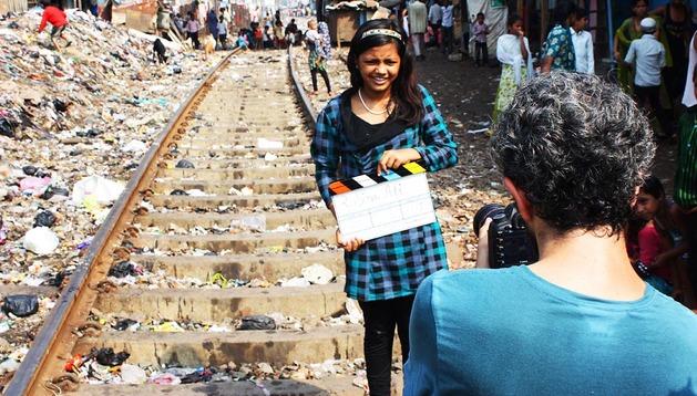 Manuel Fernández graba a Rubina Ali en el slum de Garib Nagar, Bombay