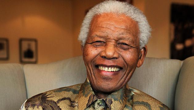 Imagen de agosto de 2012 con el expresidente sudafricano, Nelson Mandela, junto  una copia del libro