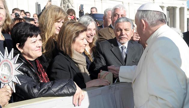 Fotografía del papa Francisco (d) saludando a la cantante estadounidense Patti Smith (3º dcha.), durante una audiencia celebrada en la Plaza de San Pedro del Vaticano