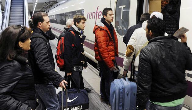 Un grupo de viajeros sube a un tren AVE en la estación de Girona.
