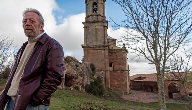 Ángel Martínez Salazar posa ante el perfil de la basílica de San Gregorio