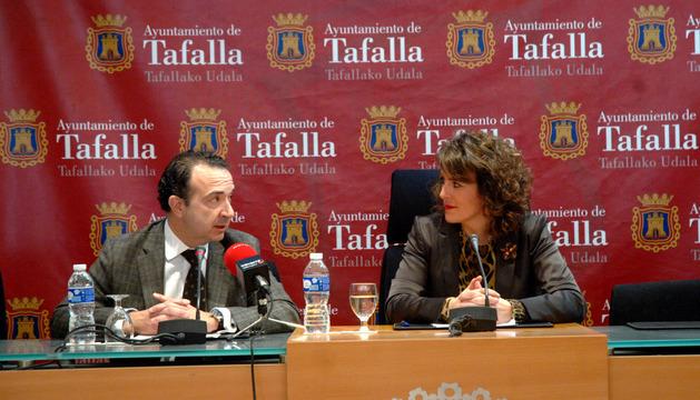 Marqueta, director territorial de La Caixa  junto a la alcaldesa de Tafalla, Cristina Sota