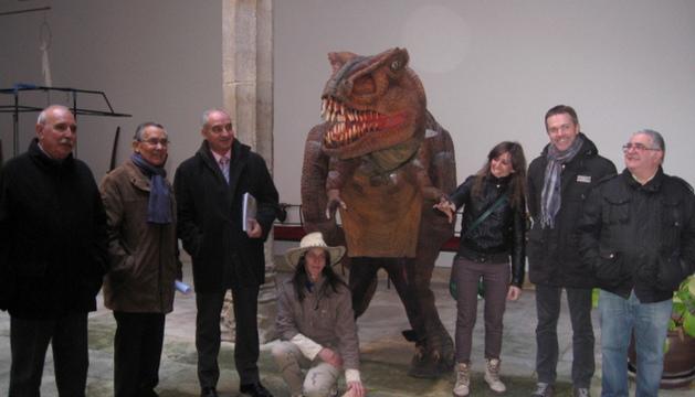 Varias personas en la casa de cultura y dos organizadoras de Aventuras en el Jurásico