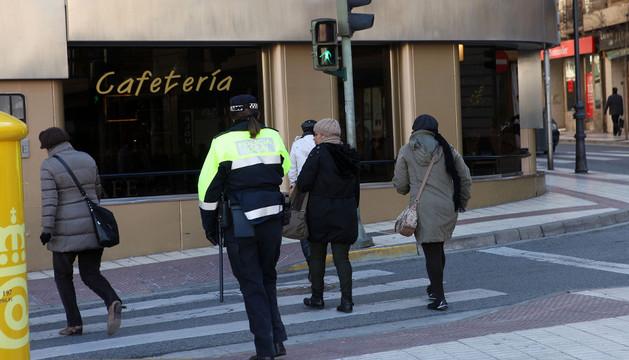Una policía local controla el paso de peatones durante los controles de la semana pasada