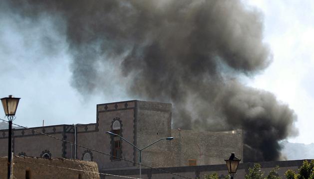 La explosión del coche bomba causó una gran humareda en la sede del Ministerio de Defensa.
