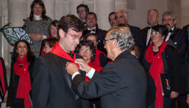 El edil Félix Alfaro coloca el pañuelo a Gonzalo Esparza