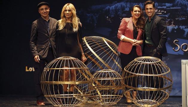 Los cantantes Marta Sánchez (2i), Niña Pastori y David Bustamante (d), y el director de cine Pablo Vergel, que ha dirigido el anuncio de navidad de Loterías y Apuestas del Estado