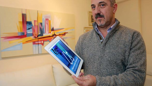 Agustín Aguirre Ocaña muestra su aplicación a través de una tableta