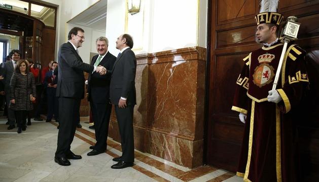 Mariano Rajoy saluda este viernes a los presidentes del Senado, Pío García Escudero (d), y del Congreso, Jesús Posada (2d)