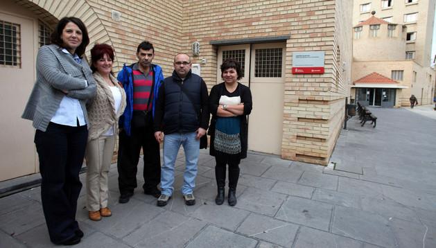 De izquierda a derecha: Blanca Yániz Igal, Rita Ramos Tomás, Efrén Arriazu Santacruz, José Miguel Teribia Pérez y María Moneo Mejías, ante la puerta del Centro de Rehabilitación Psicosocial Queiles de Tudela