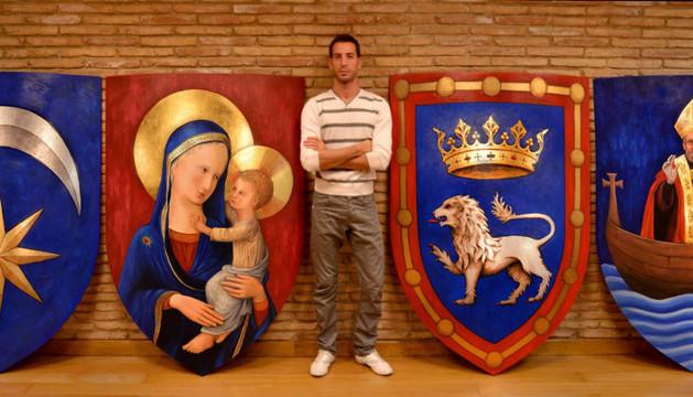 Jorge Urdánoz, junto a los escudos de los burgos de San Cernin, Navarrería, Pamplona y San Nicolás