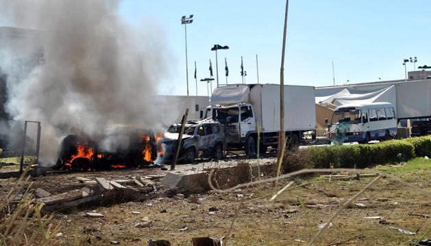 Un coche arde tras el atentado terrorista que atacó el Ministerio de Defensa yemení