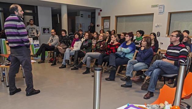 Alfredo Hoyuelos Planillo, a la izda., durante la charla sobre juego y juguetes que ofreció a padres de la escuela infantil Arieta