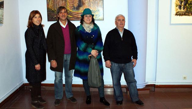 De izquierda a derecha: la concejala Milagros Agramonte, el pintor Jesús Ramírez y su esposa Almudena Marín, y el concejal de Cultura Juan José Caballero, junto a algunas de las obras expuestas en Cascante