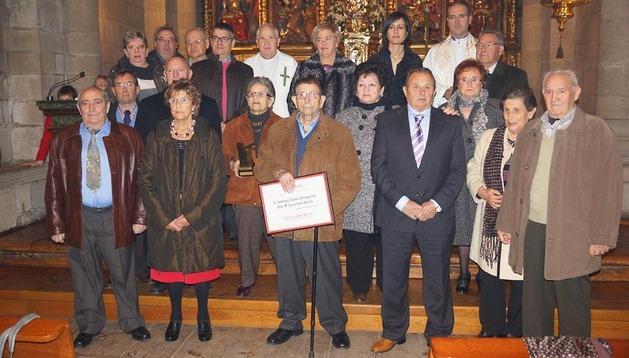 Los ocho matrimonios que fueron homenajeados posan con autoridades tras la eucaristía