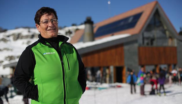 Ana Lusarreta Gale, directora del centro de esquí nórdico del Valle del Roncal, ayer en el acceso a las pistas de El Ferial.