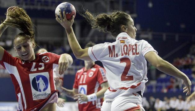 La jugadora Marta López intenta marcar en el mundial en Noruega