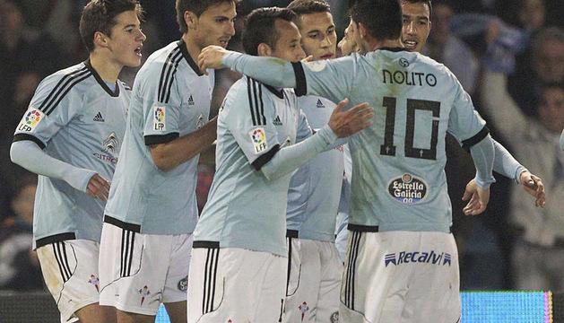 Los jugadores del Celta celebran el gol del equipo gallego