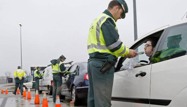 Varios agentes de la Guardia Civil realizan un control de alcoholemia en Madrid