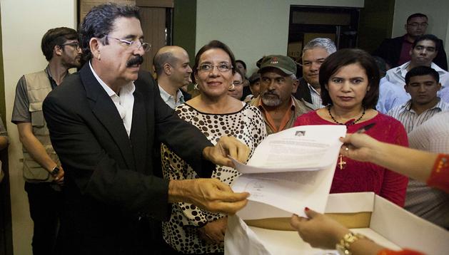 La candidata del partido Libertad y Refundacion (LIBRE), Xiomara Castro (2ª! izda.), y su esposo, el expresidente hondureño Manuel Zelaya (izda.), presenta la denuncia