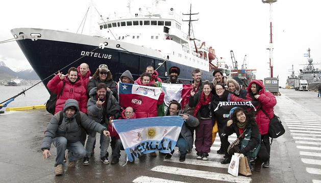 Los ganadores del concurso organizado por Coca-Cola para asistir al concierto del grupo Metallica en la Antártida