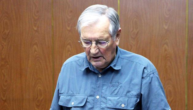 Imagen del 30 de noviembre de Merrill Newman leyendo una declaración tras ser detenido