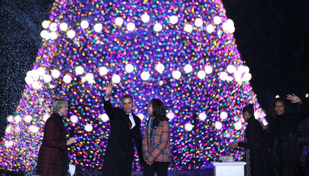 Barack Obama y su esposa, Michelle, saludan durante el acto