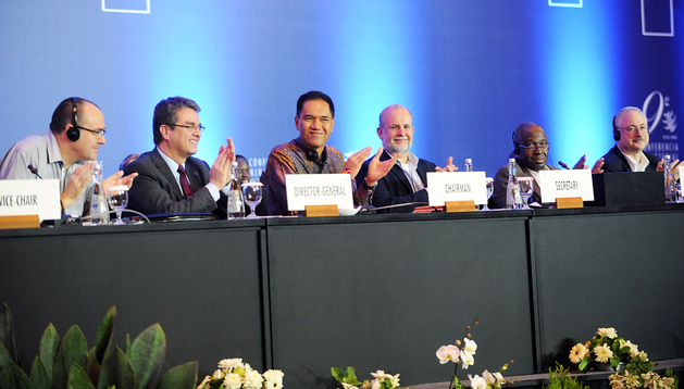 Asistentes a la cumbre de la OMC de Bali aplauden tras alcanzar el acuerdo histórico