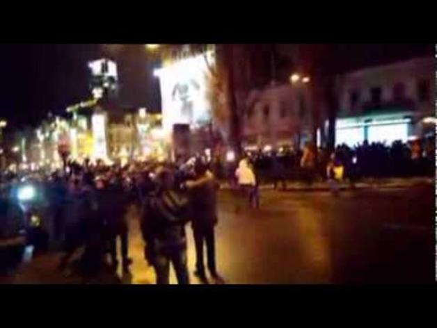 Los manifestantes derriban una estatua de Lenin en Kiev