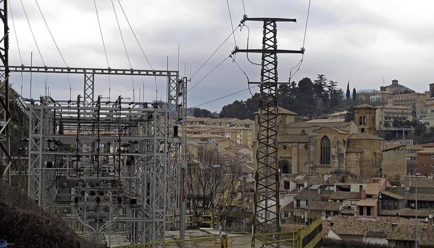 Vista de la subestación eléctrica de Iberdrola en Estella, con el casco histórico de la ciudad al fondo.