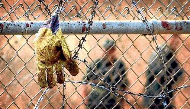 Un guante ensangrentado en la valla que separa Melilla de Marruecos