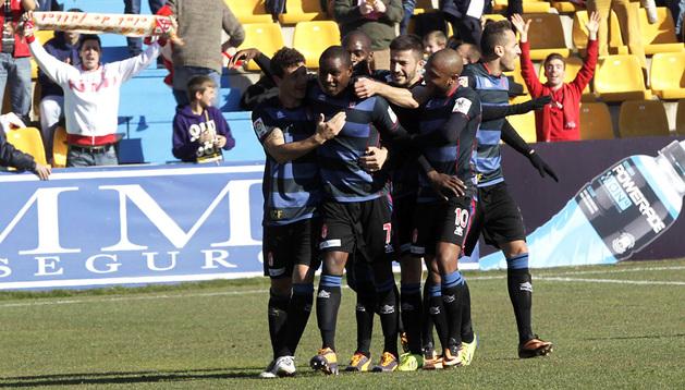 Los jugadores del Granada celebran un gol ante el Alcorcón