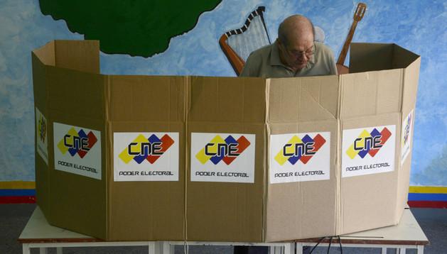 Un hombre vota en Caracas