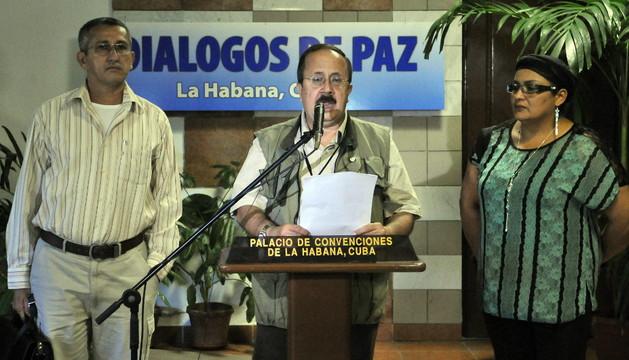 Andrés Paris (c), integrante del grupo negociador de la Guerrilla Colombiana de las FARC-EP, acompañado por dos integrantes de la mesa de de dialogo, lee un comunicado este domingo en el Palacio de Convenciones de La Habana (Cuba)