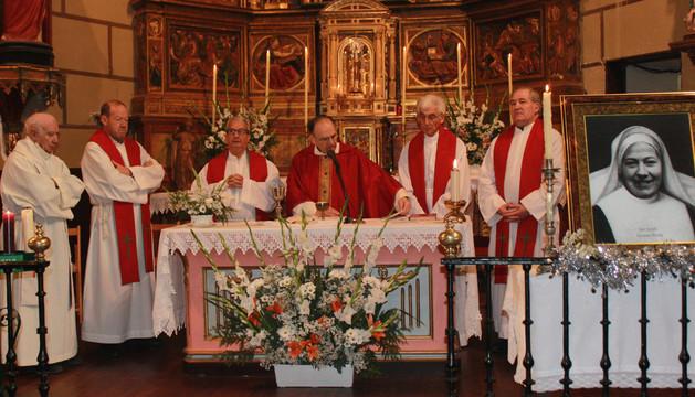 La imagen de sor Josefina Gironés Arteta (dcha.) en el altar