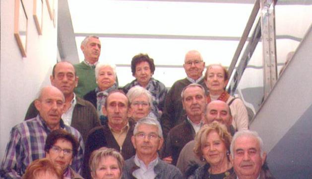 Los quintos nacidos en 1943 con algunas de sus parejas