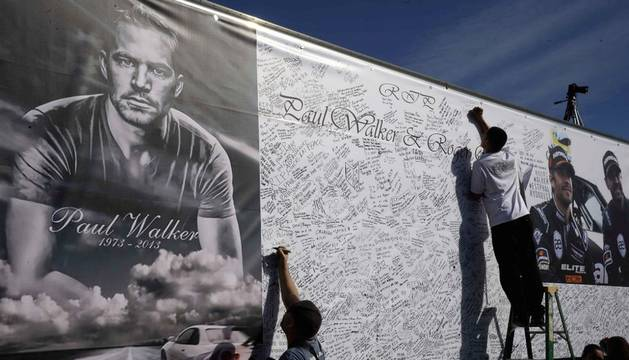 Miles de personas, muchas de ellas en coches de carreras, se congregaron este domingo en el mismo lugar donde el actor Paul Walker murió en un accidente de tráfico para rendir homenaje al fallecido intérprete.