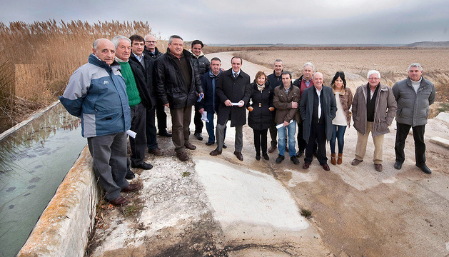 En el centro, el consejero Esparza, junto con técnicos del Gobierno de Navarra, autoridades locales y agricultores, durante su visita a la concentración parcelaria de Ayesa (Ezprogui).