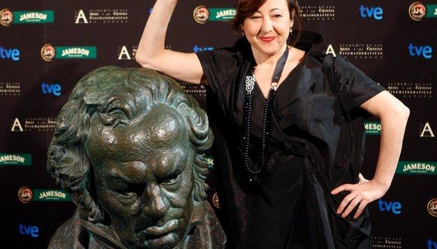 La actriz Carmen Machi posa junto a una reproducción gigante de la estatuilla de los Goya  en 2009